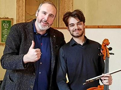 Il direttore artistico Cremonini accando al violoncellista Enrico Mignani - IV Premio Alberghini